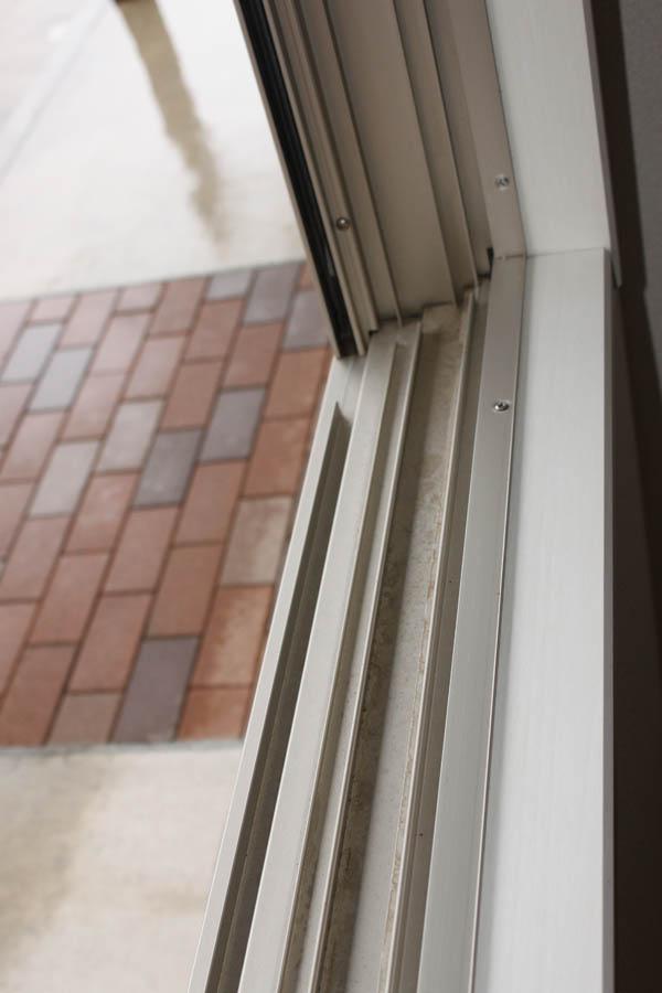 細かな作業になる為普段では洗いにくい窓サッシレール