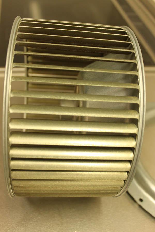 クリーニング前はシロッコの羽部分に吸い上げた油やホコリなどが付着しています